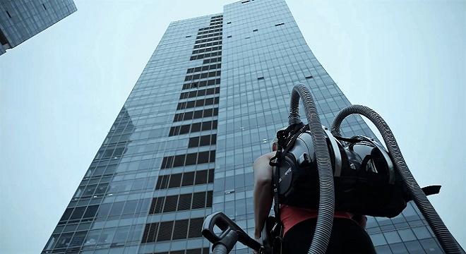 - 2-Aspirateurs-LG-Cordzero-ou-la-puissance-d'un-Baudrier-pour-escalader-la-façade-d'un-building-3