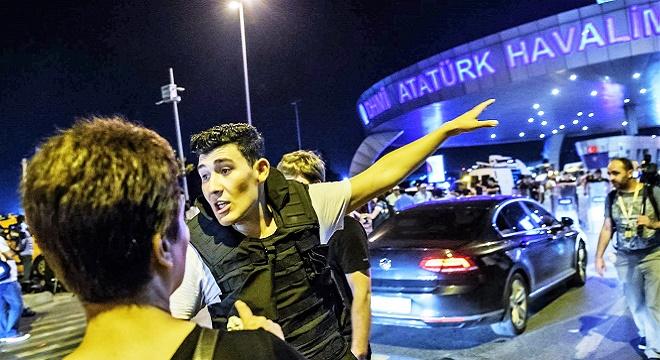 - policier-turc-oriente-passagers-apres-attentat-survenu-aeroport-istanbul-28-juin-2016