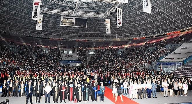 - Solennelle-et-grandiose-cérémonie-de-remise-de-diplômes-aux-1700-lauréats-émus-et-motivés-de-l'Université-Centrale-4