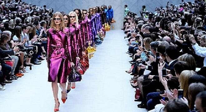 fashion-week-de-londres-degringolant-comme-cascade-long-robe-0
