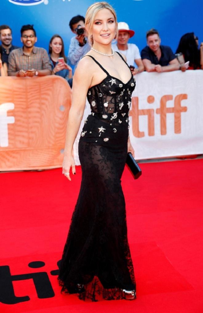 lactrice-kate-hudson-dans-une-robe-noire-transparente-sur-le-tapis-rouge-du-festival-international-du-film-de-toronto-000-660