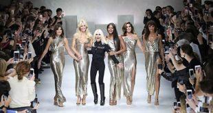 """Le Fashion Week Milan réunit les """"Gianni's Girl"""" : Carla Bruni défile aux côtés des top models des années 90"""